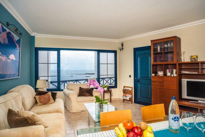 Wohnzimmer mit Panoramafenster ueber das Meer