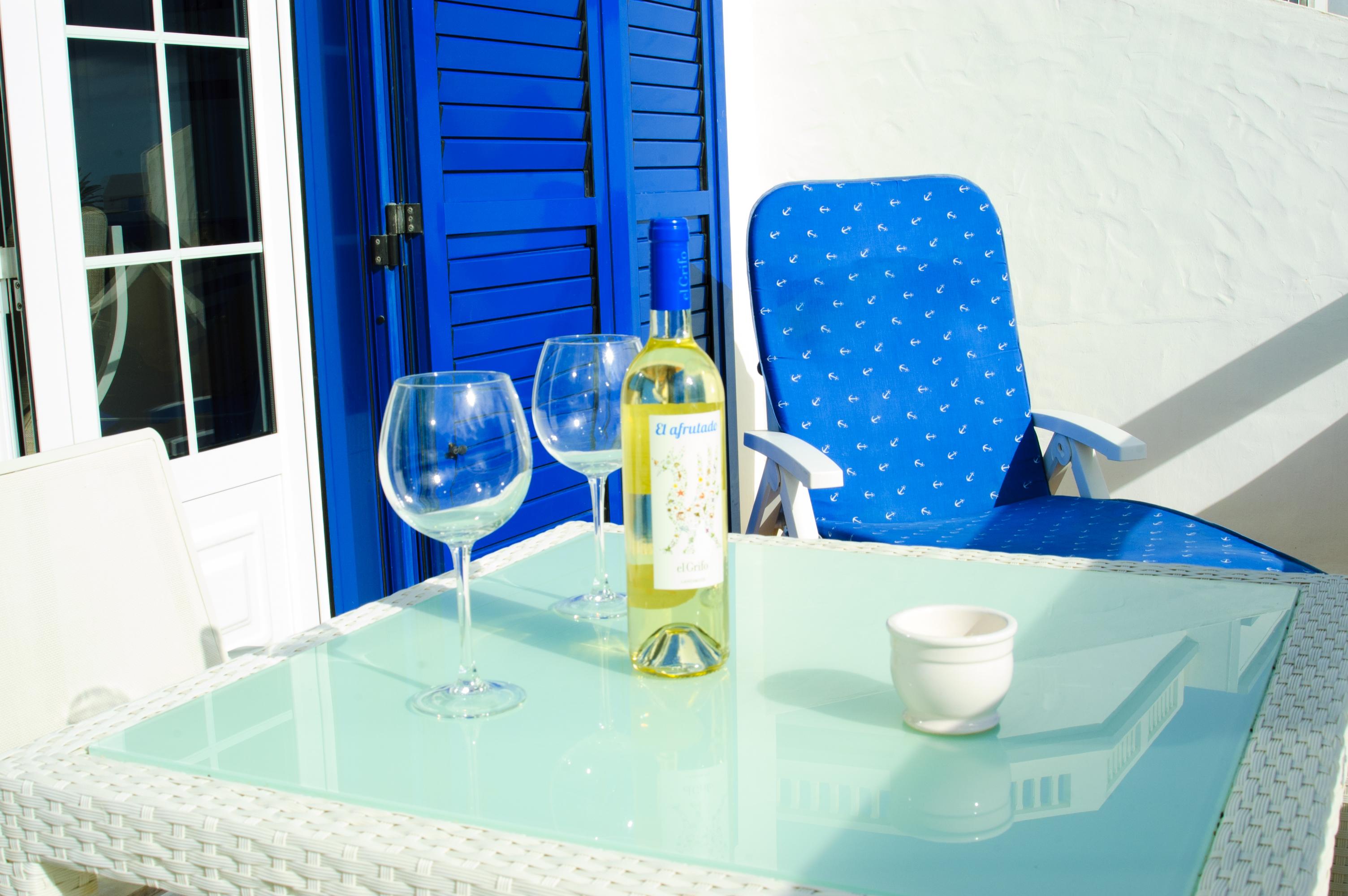 Terrasse am Meer bei einem Glas Wein