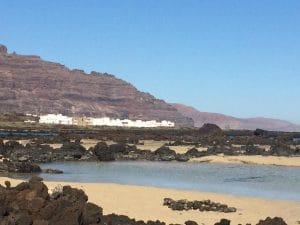Blick von den einsamen Buchten auf das Ferienhaus Lanzarote