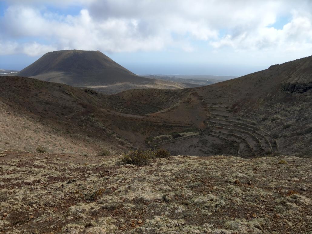 Ein Vulkankrater mit Anbaufläche